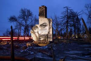 8 Φεβρουαρίου, Καλιφόρνια. Μια τοιχογραφία φωτίζεται στην καμινάδα ενός σπιτιού στο Παραντάις της Καλιφόρνια, το οποίο καταστράφηκε από τις φωτιές. Ο καλλιτέχνης Σέιν Γκράμερ ζωγραφίζει τα κατεστραμμένα σπίτια για να δώσει ελπίδα στην αποδεκατισμένη κοινό