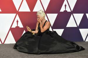 24 Φεβρουαρίου, Λος Άντζελες. Η Lady Gaga, που κέρδισε το βραβείο Όσκαρ για το τραγούδι «Shallow», από την ταινία «Ένα αστέρι γεννιέται», φανερά συγκινημένη στο Dolby Theatre.