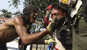 25 Φεβρουαρίου, σύνορα Κολομβίας-Βενεζουέλας. Ένας νέος μεταφέρεται από ιατρικό προσωπικό σε ασφαλές σημείο, μετά τον τραυματισμό του κατά τη διάρκεια συγκρούσεων ανάμεσα σε πλήθος κόσμου και το στρατό. Οι συγκρούσεις ξεκίνησαν, όταν ο στρατός εμπόδισε τη