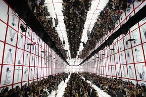 26 Φεβρουαρίου, Παρίσι. Τα μοντέλα περπατούν στην πασαρέλα κατά τη διάρκεια της επίδειξης του οίκου Dior για τη σεζόν Φθινόπωρο-Χειμώνας 2019-2020.