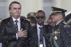 19 Απριλίου, Μπραζίλια. Υπό ταρρακτώδη βροχή, ο Πρόεδρος της Βραζιλίας Ζαΐχ Μπολσονάρου βάζει το χέρι του στην καρδιά του, με την ανάκρουση του Εθνικού Ύμνου της χώρας στον εορτασμό της Ημέρας του Στρατού. Ο Μπολσονάρου, που κατηγορείται ότι πολλές από τι