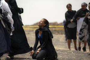 14 Μαρτίου, Αιθιοπία. Συγγενείς των θυμάτων του πολύνεκρου αεροπορικού δυστυχήματος της Ethiopian Airlines, θρηνούν στο σημείο, νοτίως της Αντίς Αμπέμπα, στο οποίο κατέπεσε το Boeing 737 Max 8, λίγο μετά την απογείωσή του, με συνέπεια να χάσουν τη ζωή του