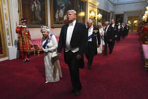 3 Ιουνίου, Λονδίνο. Η βασίλισσα της Αγγλίας Ελισάβετ Β' και ο Αμερικανός Πρόεδρος Ντόναλντ Τραμπ, στο παλάτι του Μπάκιγχαμ, πριν το επίσημο δείπνο που παραθέτει η πρώτη προς τιμήν του δεύτερου. Ο Τραμπ είναι ο 13ος Πρόεδρος των ΗΠΑ που συναντά η Ελισάβετ