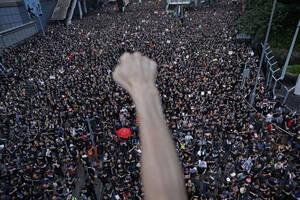 16 Ιουνίου, Χονγκ Κονγκ. Χιλιάδες διαδηλωτές βγαίνουν στους δρόμους του Χονγκ Κονγκ για να διαμαρτυρηθούν κατά του νόμου που επιτρέπει απελάσεις αντιφρονούντων στην Κίνα. Ο νόμος θεωρείται από τους κατοίκους του Χονγκ Κονγκ ως μια ακόμα παραβίαση των ελευ