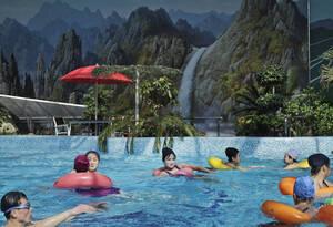 13 Μαρτίου, Πιονγιάνγκ. Βορειοκορεάτες κολυμπούν σε μια δημόσια εσωτερική πισίνα στην πρωτεύουσα της χώρας, Πιονγιάνγκ.