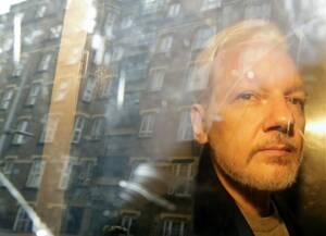 1η Μαΐου, Λονδίνο. Ο ιδρυτής των WikiLeaks, Τζούλιαν Ασάνζ, αποχωρεί από το δικαστήριο στο Λονδίνο. Ο 47χρονος Αυστραλός κρίθηκε ένοχος για την παραβίαση των περιοριστικών όρων που του είχαν επιβληθεί, εξαιτίας των κατηγοριών για σεξουαλικά αδικήματα στη
