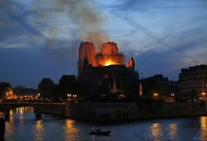 15 Απριλίου, Παρίσι. Φλόγες και καπνοί βγαίνουν από την Παναγία των Παρισίων, στη μεγάλη πυρκαγιά που κατέστρεψε μέρος του ιστορικού ναού.