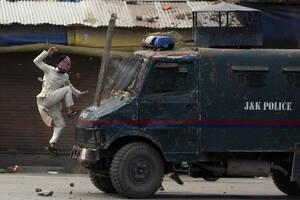 31 Μαΐου, Κασμίρ. Ένας μασκοφόρος διαδηλωτής πηδάει επάνω σε ένα τεθωρακισμένο όχημα της ινδικής αστυνομίας , κατά τη διάρκεια διαδήλωσης  στην ελεγχόμενη από τους Ινδούς περιοχή  Σριναγκάρ, του Κασμίρ.