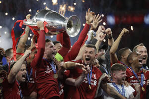 2 Ιουνίου, Μαδρίτη. Οι παίκτες της Λίβερπουλ πανηγυρίζουν με το τρόπαιό τους στα χέρια, μετά τη  νίκη τους στον τελικό του Champions League, στον οποίο νίκησαν την Τότεναμ, με σκορ 0-2.