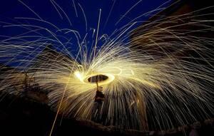 13 Μαΐου, Γάζα. Πυροτεχνήματα φωτίζουν τον ουρανό πάνω από τα κατεστραμμένα κτήρια στη Λωρίδα της Γάζας, όπου οι κάτοικοι γιορτάζουν τον ιερό μήνα του Ραμαζανιού.