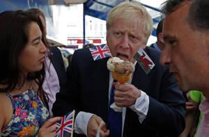 6 Ιουλίου, Ουαλία. Ο υποψήφιος για την ηγεσία του Συντηρητικού Κόμματος Μπόρις Τζόνσον, τρώει παγωτό στο νησί Μπάρι, στην Ουαλία, πριν τις εκλογές του κόμματος στο Κάρντιφ.