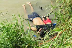 24 Ιουνίου, σύνορα Μεξικού – ΗΠΑ. Τα άψυχα σώματα του Όσκαρ Αλβέρτο Μαρτίνεζ Ραμίρεζ και της 2χρονης κόρης του Βαλέρια, μεταναστών από το Σαλβαδόρ, κείτονται στις όχθες του Rio Grande, στο Μεξικό, μετά την αποτυχημένη τους προσπάθεια να περάσουν στις Ηνωμ