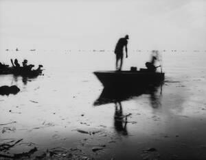 5 Ιουλίου, Βενεζουέλα. Ψαράδες ετοιμάζονται να μαζέψουν καβούρια στην πολύ μολυσμένη από το πετρέλαιο λίμνη Μαρακαΐμπο, στη Βενεζουέλα.
