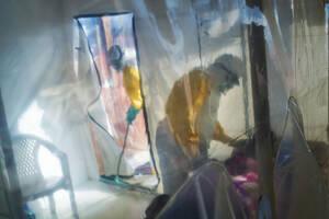 13 Ιουλίου, Κονγκό. Ιατρικό προσωπικό με προστατευτικές στολές, φροντίζει ένα θύμα του ιού του Έμπολα, σε θάλαμο απομόνωσης, στο Μπένι του Κονγκό.