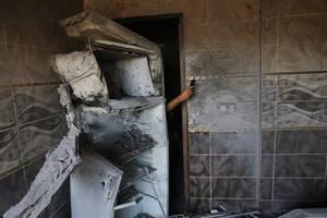 12 Οκτωβρίου, Τουρκία. Ένας άντρας χρησιμοποιεί το κινητό του για να φωτογραφίσει τη ζημιά που έκανε στο σπίτι του ένας πύραυλος που εκτοξεύτηκε προς την τουρκική πόλη Ακτσάκαλε από τη Συρία.