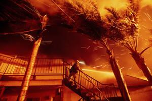 31 Οκτωβρίου, Καλιφόρνια. Ένας πυροσβέστης προσπαθεί να σώσει μια κατοικία στη δασική πυρκαγιά του Σαν Μπερναρντίνο της Καλιφόρνια.