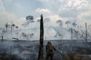 3 Σεπτεμβρίου, Αμαζόνιος. Ένας Βραζιλιάνος στρατιώτης πολεμάει με τις φωτιές που κατακαίνε τον Αμαζόνιο, τον μεγαλύτερο φυσικό πνεύμονα του πλανήτη.