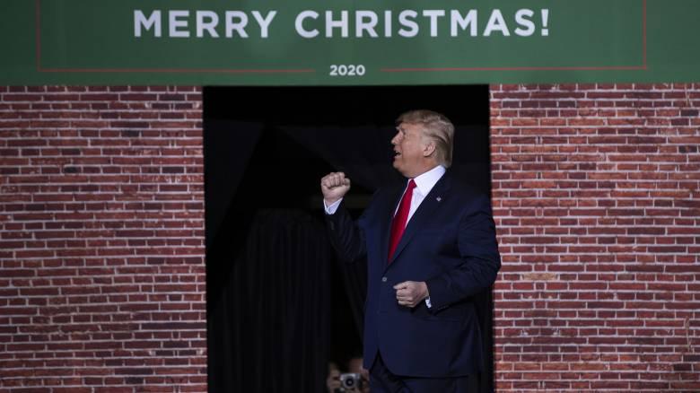 Ο Ντόναλντ Τραμπ φεύγει για διακοπές παρά την παραπομπή του σε δίκη