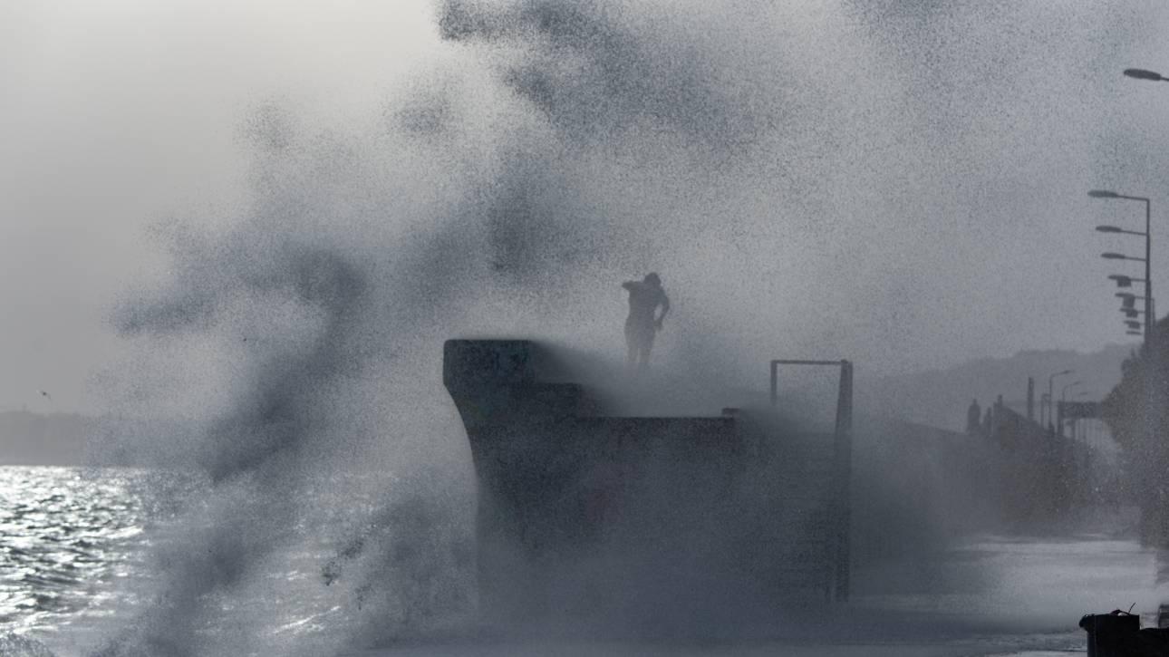 Καιρός: Ισχυρές βροχές και θυέλλωδεις άνεμοι σφυροκοπούν και την Αττική
