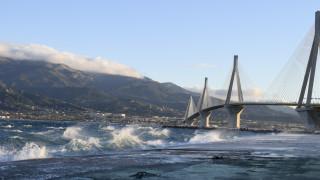 Εντυπωσιακή φωτογραφία: Κεραυνός «χτυπά» τη Γέφυρα Ρίου - Αντιρρίου