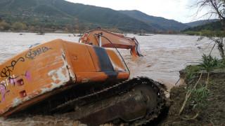 Ναύπακτος: Η κακοκαιρία γκρέμισε κολώνες της ΔΕΗ και παρέσυρε εκσκαφέα