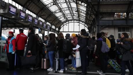 Παρίσι: Οι απεργίες ρίχνουν βαριά τη σκιά τους στο χριστουγεννιάτικο ρεβεγιόν