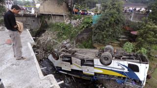 Τραγωδία στην Ινδονησία: Λεωφορείο έπεσε χαράδρα - 24 νεκροί