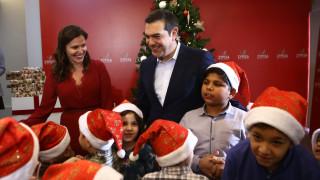 Χριστουγεννιάτικα κάλαντα στον Αλέξη Τσίπρα και τη Μπέτυ Μπαζιάνα