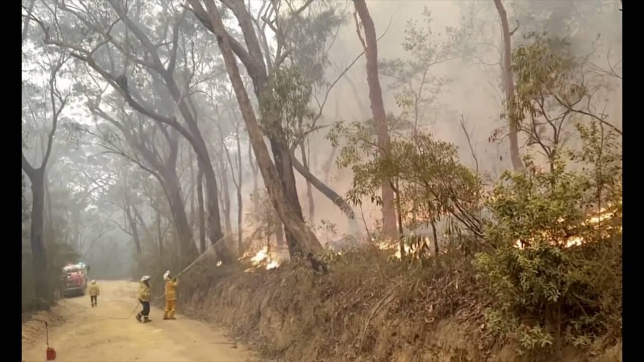 https://cdn.cnngreece.gr/media/news/2019/12/25/201935/photos/snapshot/australia-bushfires.jpg