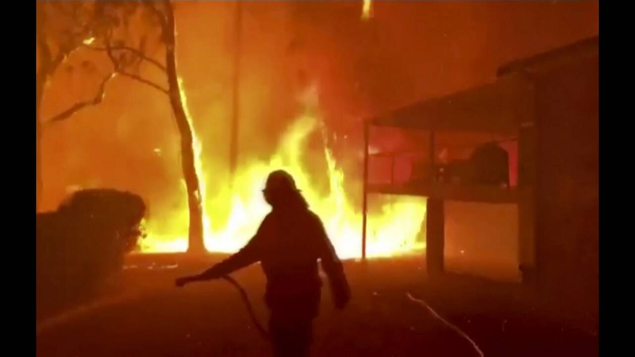 https://cdn.cnngreece.gr/media/news/2019/12/25/201935/photos/snapshot/firefighters4.jpg
