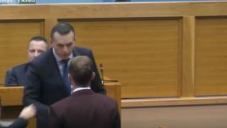 Σάλος στη Βοσνία: Υπουργός... χαστούκισε βουλευτή μέσα στη βουλή