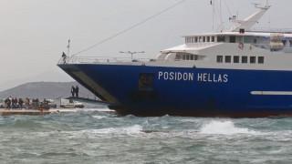 Εντυπωσιακό βίντεο: Καπετάνιος έδεσε πλοίο στο λιμάνι της Αίγινας με 7 μποφόρ