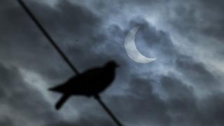Μοναδικές εικόνες: Τα καλύτερα «κλικ» από την έκλειψη ηλίου