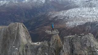 Συγκλονιστικό βίντεο: Ορειβάτης στέκεται σε κορυφή στα 2.940 μέτρα