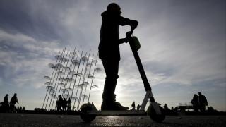 Θεσσαλονίκη: Άγνωστοι πέταξαν ηλεκτρικά πατίνια στο Θερμαϊκό