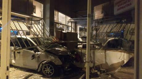 Τρελή πορεία: Αυτοκίνητο «καρφώθηκε» σε καθαριστήριο στον Κολωνό