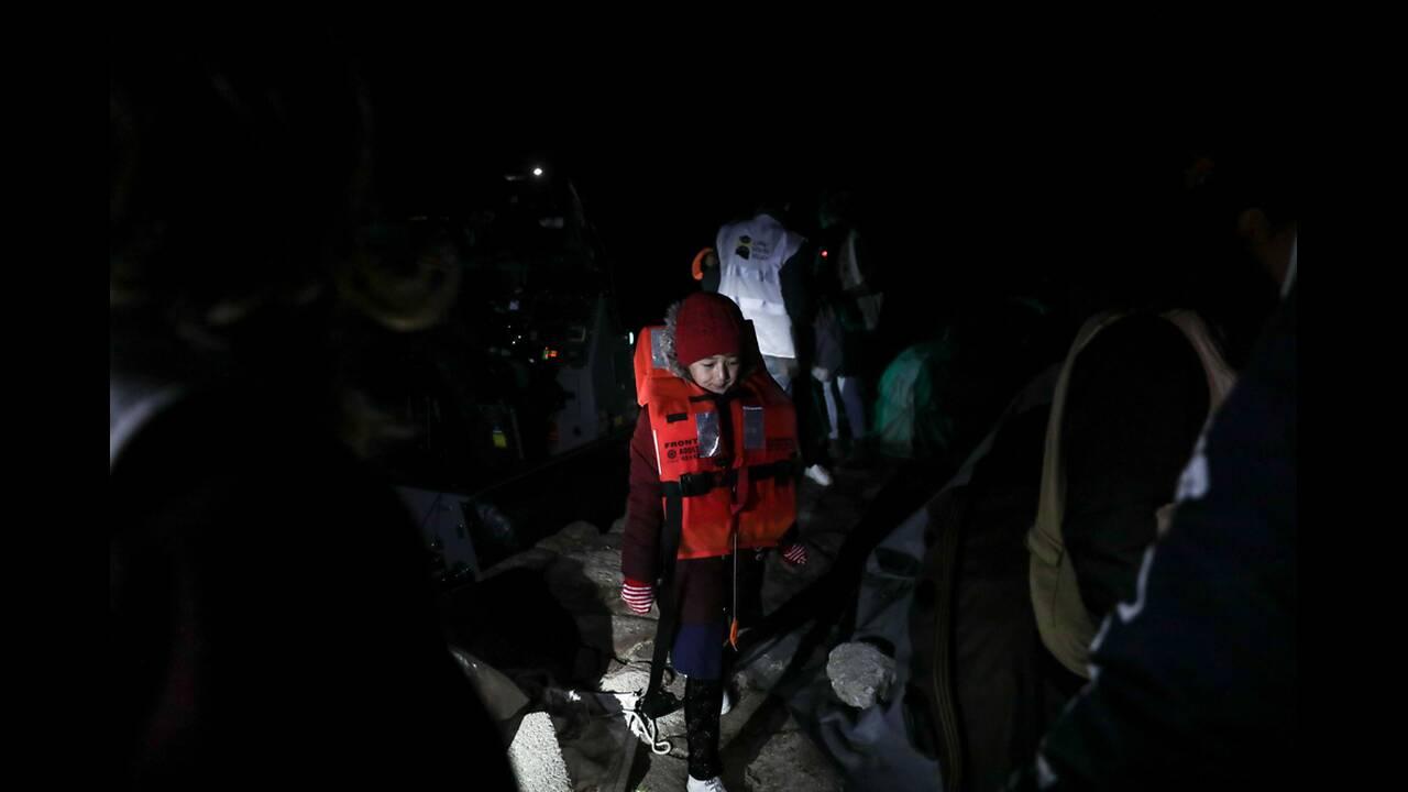 Σκάλα Συκαμνιάς 1η Δεκεμβρίου, στις 4 τα ξημερώματα, μία βάρκα με 12 άτομα φτάνει στο λιμανάκι, Νωρίτερα είχε περισυλλεγεί από τη FRONTEX.