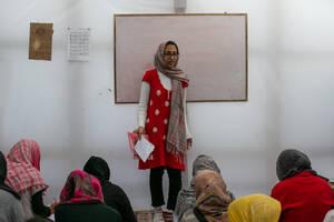 Υπάρχουν τρείς αυτοοργανωμένες αίθουσες, στις οποίες εθελοντές διδάσκουν Αγγλικά, Ελληνικά και Γερμανικά.