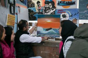 Ο Σουκράν, 38 ετών, απο το Αφγανιστάν φιλοξενείται εδώ και δύο μήνες στη Μόρια. Εδω τον βλέπουμε κατα τη διάρκεια μαθημάτων ζωγραφικής, που έχει ξεκινήσει να παραδίδει  εθελοντικά.
