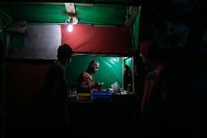 Ο Άχμεντ, πρόσφυγας από τη Συρία, 38 ετών, έχει φτιάξει το δικό του μαγαζί φαλάφελ στο κεντρικό σοκάκι του ΚΥΤ, όπου βρίσκονται και άλλες μικροεπιχειρήσεις.