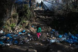 Ανήλικα παιδιά καθημερινά διασχίζουν ποτάμια από απορρίμματα για να μετακινηθούν μεσα στο κάμπ.