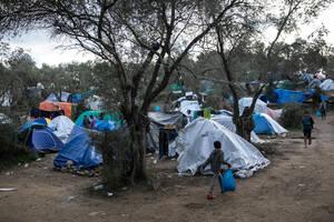 Πολλοί από τους μετανάστες και πρόσφυγες μένουν σε καλοκαιρινές σκηνές που απλώς έχει προστεθεί επάνω ένας μουσαμάς για την προστασία από την βροχή.