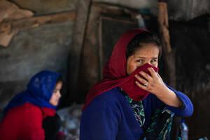 Κυρίως Αφγανοί έχουν κατασκευάσει αυτοσχέδιους φούρνους και καθημερινά ψήνουν φρέσκα ψωμιά τα οποία πωλούν έναντι μικρού αντιτίμου.