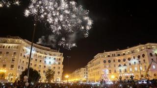 Πρωτοχρονιά: Οι Θεσσαλονικείς αψήφησαν το κρύο και άλλαξαν το χρόνο στην πλατεία Αριστοτέλους