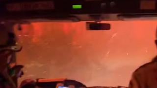 Συγκλονιστικό βίντεο: Η στιγμή που φλόγες περικυκλώνουν πυροσβέστες στην Αυστραλία