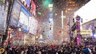 Ψεύτικο χιόνι, ομελέτα-γίγας και μια γοργόνα στη μπανιέρα: Οι ιδιαίτερες στιγμές της άφιξης του 2020