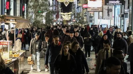 Εορταστικό ωράριο: Ανοίγουν σήμερα τα καταστήματα - Τι θα ισχύσει για Κυριακή και Δευτέρα