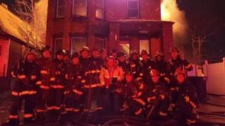 ΗΠΑ: Σάλος για φωτογραφία πυροσβεστών μπροστά από φλεγόμενο σπίτι