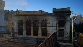 Νεκρό παιδί από φωτιά σε ακατοίκητο κτήριο στον Πειραιά