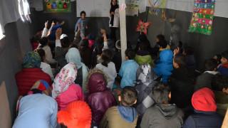 Μόρια: Μαθήματα σε σκηνές και αυτοσχέδιες παράγκες για 1.000 προσφυγόπουλα
